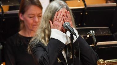 En video: Patti Smith olvida letra de Bob Dylan en la ceremonia del Nobel