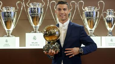 Cristiano Ronaldo posa con el trofeo del Balón de Oro 2016.