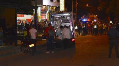 Policías durante la diligencia de levantamiento en el barrio La Manga, en el suroccidente de Barranquilla.