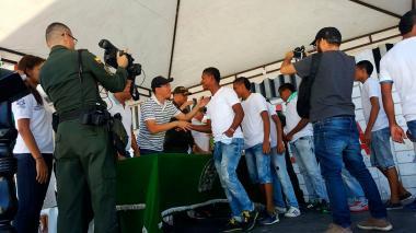 Momentos en el que integrantes de la pandilla entregan las armas.