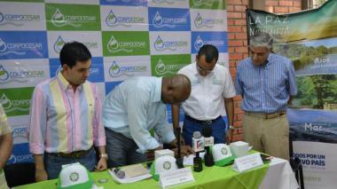 El ministro de Ambiente, Luis Murillo, y el director de Corpocesar, Kaleb Villalobos, firman la declaratoria del área de protección en el macizo en Cesar.