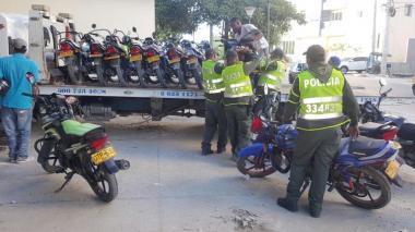 Agentes de la Policía en la inmovilización de motos.