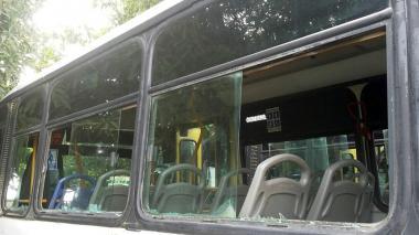 Buseta afectada durante las protestas.
