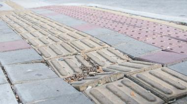 Distrito dice que vándalos y empresas de servicios dañaron andenes de la 51B