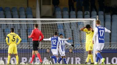 El delantero mexicano de la Real Sociedad, Carlos Vela, celebra con su compañero, el atacante brasileño Willian José, el gol ante Villarreal.