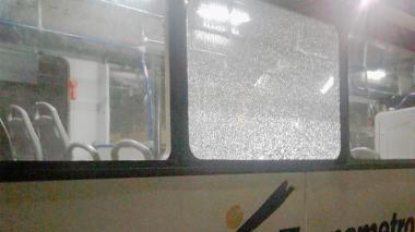 Con piedras, atacan dos buses de Transmetro durante la noche de este viernes