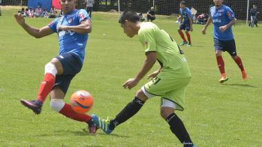 Jonathan Estrada, una de las caras nuevas del Junior, intenta bloquear un pase de un jugador de Cortuluá durante el segundo de los dos partidos amistosos.