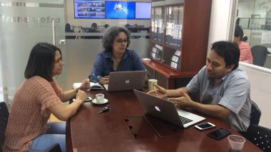 Funcionarios de Transmetro en reunión con la secretaria de Tránsito de Soledad, Juliana Monterroza (izq).