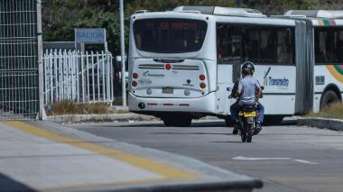 Mototaxista ingresa a la estación con usuario.
