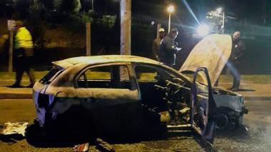 Estado en que quedó el vehículo incinerado este lunes en Bogotá.