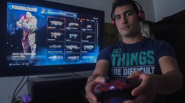 Miguel Consuegra eligiendo su personaje para llevar a cabo una misión en el videojuego Gears of War 4.