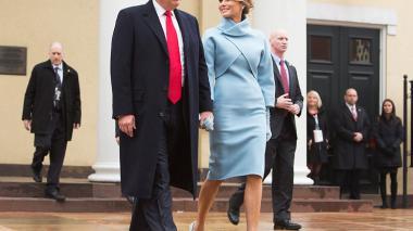 El presidente Donald J. Trump, y su esposa Melania salen de un servicio religioso celebrado en una iglesia frente a la residencia presidencial en Washington.