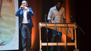El cantante Yuri Buenaventura canta junto al sonido de la marimba tocada por Esteban Copete.