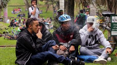 """Realizan """"fumatón de marihuana contra multa del Código de Policía"""
