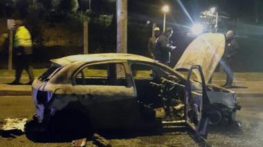 """""""Vamos a romperlos"""": taxistas que quemaron vehículo de Uber"""