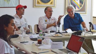 El gobernador Eduardo Verano explica las medidas mientras lo escucha su secretario Pedro Lemus.