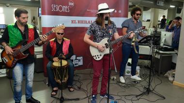 'Natural' interpretando unas de sus canciones junto a sus compañeros Jaime Alzate, Arecio Castellano y Javier Salcedo, en #SesionesEH.