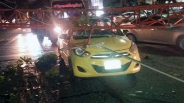 Aspectos de la torre se que desplomó sobre el taxi en la calle 79B con carrera 43.