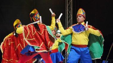 Presentación del grupo Danza Experimental de Luis Soto con la danza del Paloteo.