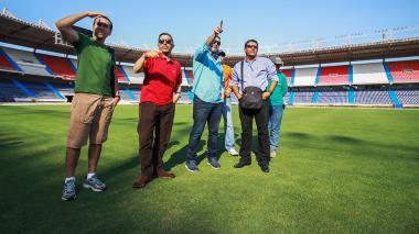 Los delegados bolivianos Mauricio Gonzales (d) y Marcelo Caraballo (i), en el estadio Metropolitano.
