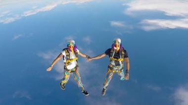 Vestida de marimonda, pareja bogotana se lanza desde 14.000 pies de altura