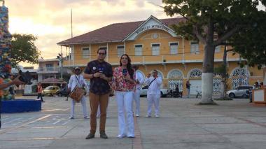 Iván Bernal, Editor Jefe de EL HERALDO, y Jéssica De La Peña, presentadora de Noticias RCN, este miércoles desde la Plaza de Puerto Colombia.
