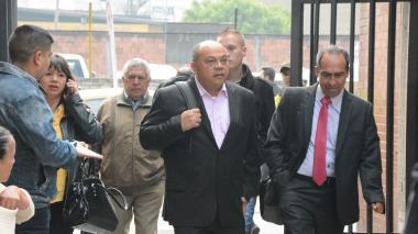 Luis Alonso, la cabeza de la familia Colmenares Escobar, a la salida de los juzgados de Paloquemao, el martes, en Bogotá.