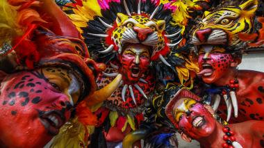 El colorido eclipsó las barreras en la Gran Parada de Comparsas