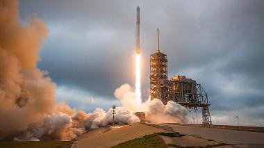 SpaceX enviará a dos turistas alrededor de la Luna