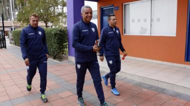 Alexis Mendoza (c) junto a su asistente técnico Carlos Araújo (i) y Álex Acosta (d).