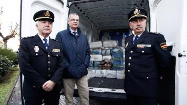Ricardo Toro, jefe de la Brigada de Estupefacientes de España y otros dos oficiales frente a parte del cargamento de cocaína incautado.