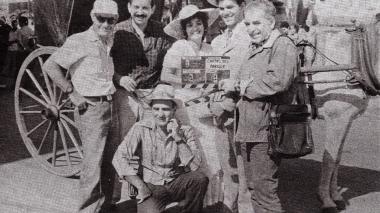 Gabo sostiene la claqueta del filme dramático cubano 'Cartas del parque', estrenado en 1988.