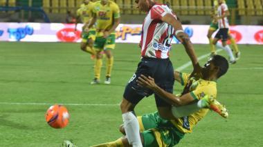 Alexis Pérez en acción ante el Atlético Huila.