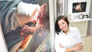 La fotógrafa Eileen Álvarez Zúñiga durante la exposición 'Grito de Victoria' , presentada en el Hotel Dann Carlton.