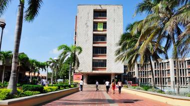 Estudiantes caminando por el campus de la sede norte de la Uniatlántico, en el Corredor Universitario.
