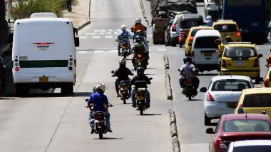Bus de la Policía y ocho motos ocupan el carril exclusivo.