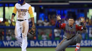 Manny Machado, uno de los peloteros destacados de República Dominicana, festeja tras llegar a segunda base. El colombiano se lamenta.