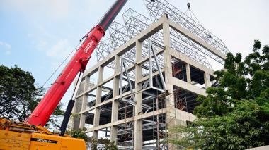 En la foto se observan los cuatro lucernarios instalados en la cima del  edificio.