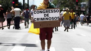 Esta imagen de archivo muestra a un ciudadano protestando por los actos de corrupción al interior de la petrolera brasilera Petrobras.