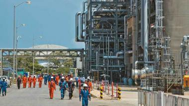 En accidente laboral, quemados dos obreros en refinería Reficar