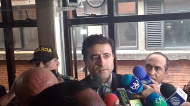 Francisco Uribe Noguera atiende a los medios de comunicación en el juzgado de Paloquemao.