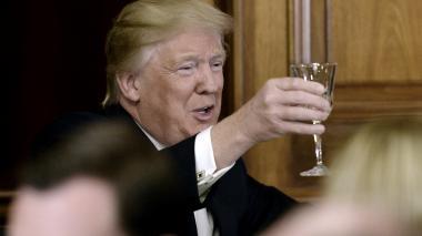 El presidente Donald Trump brinda este jueves durante el almuerzo con la organización