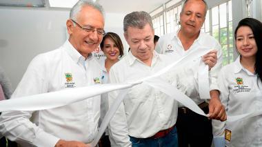 El presidente Santos corta en Ibagué la cinta de uno de los veinte puntos Vive Digital LAB que habrá en distintas zonas del país.