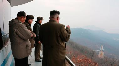 La Agencia Central de Noticias de Corea del Norte mostró una imagen del líder norcoreano Kim Jong-un observando la prueba en tierra en una zona no identificada.