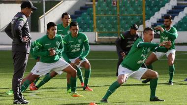 Jugadores de la Selección de Bolivia en pleno entrenamiento en la Paz.