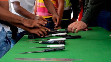 22 jóvenes entregan armas en Las Gardenias tras pacto de paz