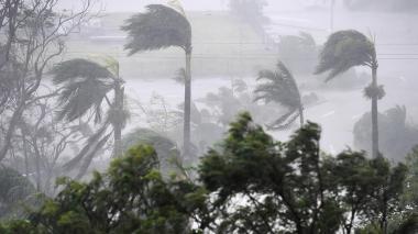 Fuertes vientos y lluvias constantes azotan desde la noche de este lunes ciudades del noroeste de Australia antes de que el ciclón Debbie toque tierra.