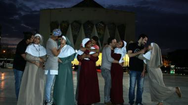 Estudiantes de artes dramáticas realizan plantón en la Plaza de la Paz en el Día Mundial del Teatro.