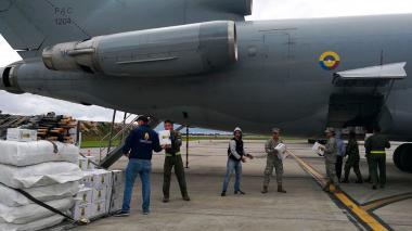 Miembros de la Fuerza Aérea suben las primeras ayudas alimentarias con destino a Mocoa, tras la avalancha de este sábado.