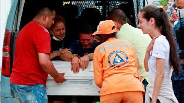 Esposado, un preso asiste al entierro de su hija en Mocoa